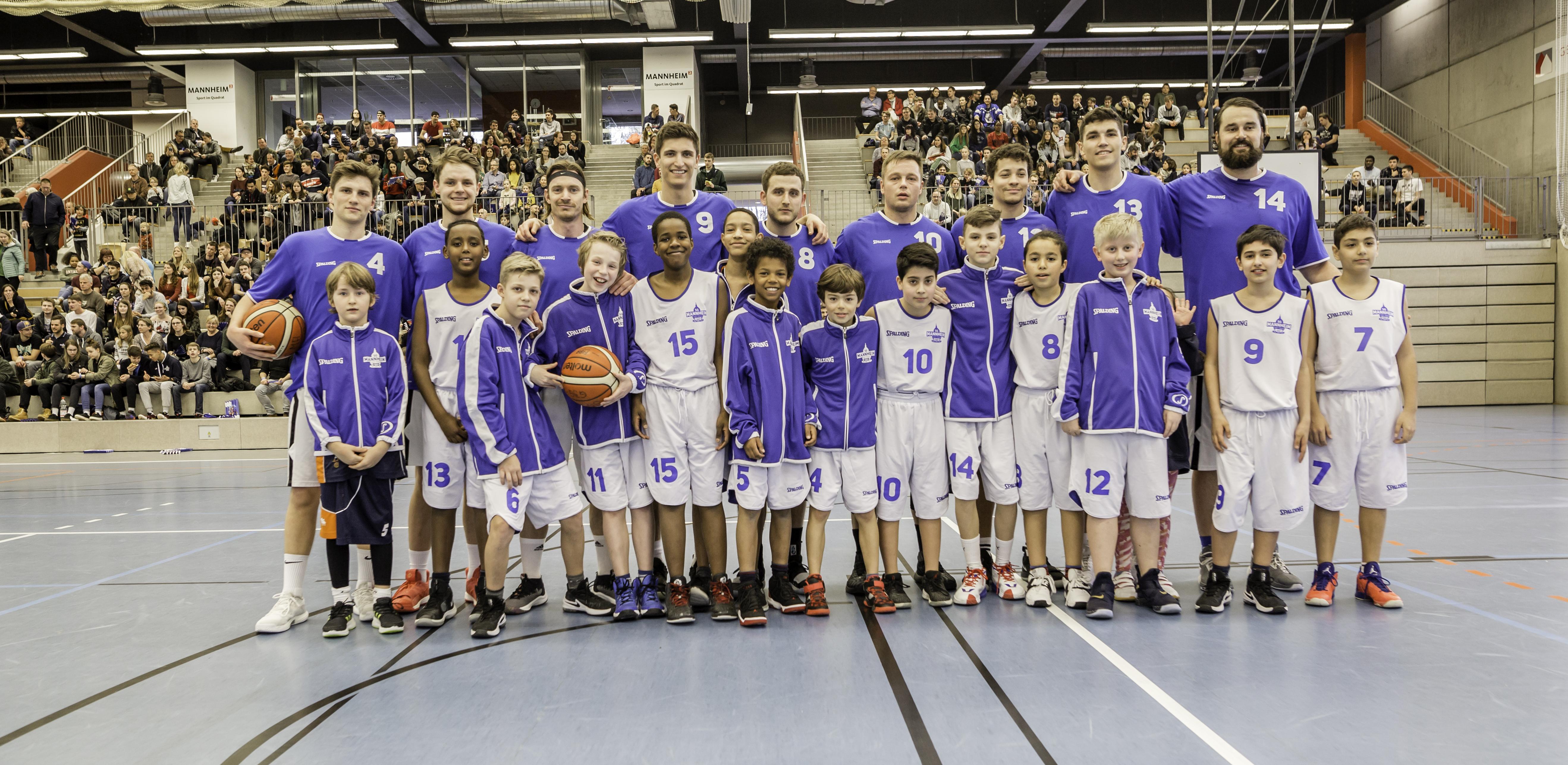 8dff7a605586de So konnten viele Kids und Jugendliche nur eine verkürzte Zeit vor dem  Regionalligaspiel unter Anleitung von den Mannheimer Jugendtrainern Jan